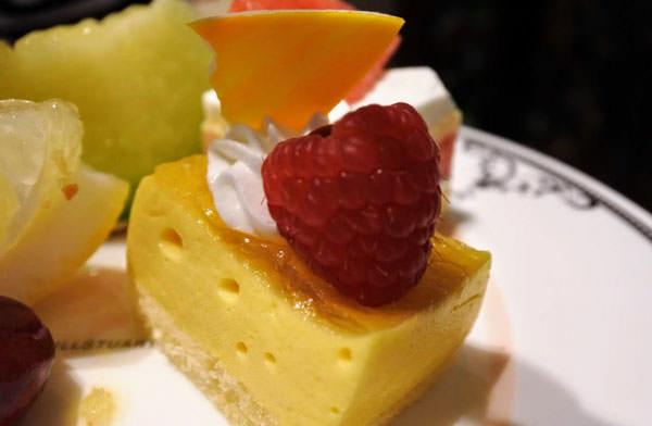 ホテル日航福岡「ティー&カクテルラウンジ」アフタヌーンティー マンゴーのケーキ