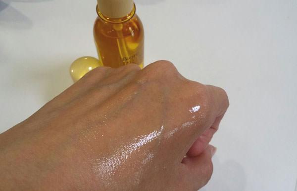 ビオレ プライムボディ ボディオイルを肌に塗る
