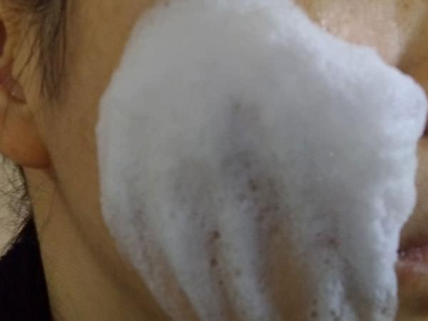BCL AHAクレンジングリサーチソープで顔を洗う