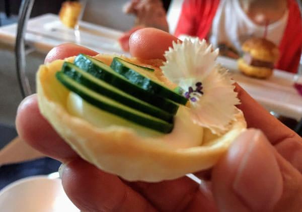 ホテルオークラ福岡「ラウンジ&バー ハカタガワ」アフタヌーンティー キュウリとクリームチーズのタルト