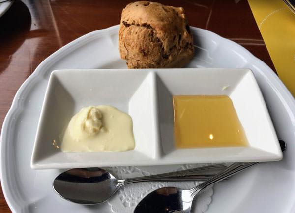 東京ドームホテル「アーティスト カフェ」アフタヌーンティー レーズンのスコーン