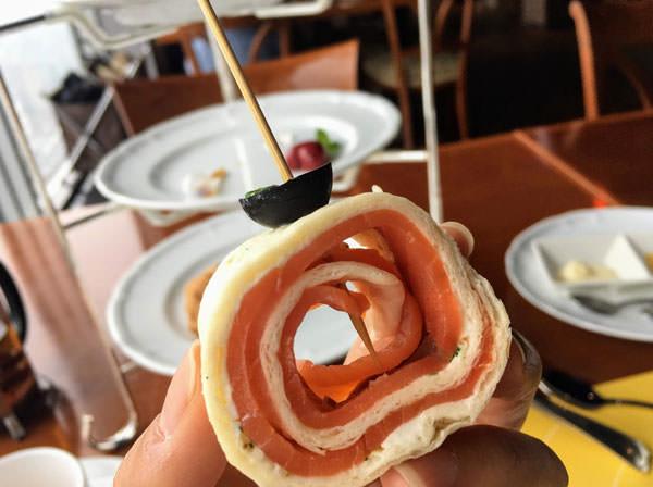 東京ドームホテル「アーティスト カフェ」アフタヌーンティー サーモンとクリームチーズのプロフィット