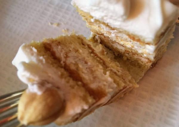 ホテルオークラ福岡「ラウンジ&バー ハカタガワ」アーモンド風味のケーキ