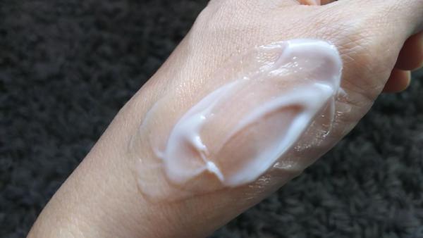 トリニティラインジェルクリームプレミアム 塗っている間の手