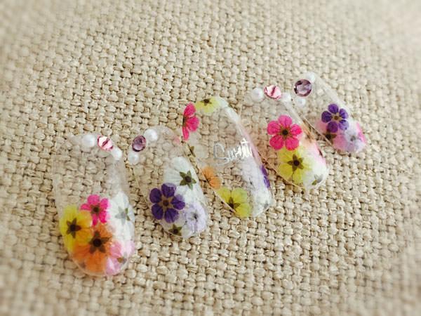 ネイルシールで押し花ネイルを作る