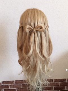 カジュアルなリボンヘアスタイル