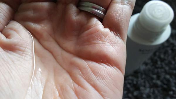 ソフィーナ ボーテ 高保湿美白化粧水を手のひらに取り出した写真