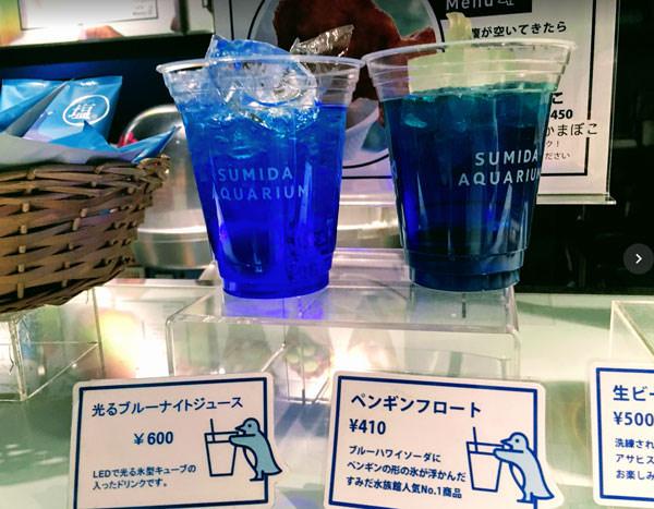 すみだ水族館ペンギンカフェの光るブルーナイトジュース・ペンギンフロート