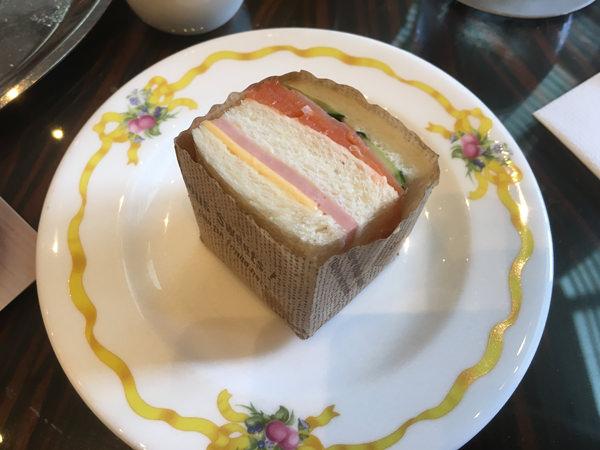 ザ・ラウンジ クラシカルアフタヌーンティー サーモンとキュウリのサンドイッチとサラミとチーズのサンドイッチ
