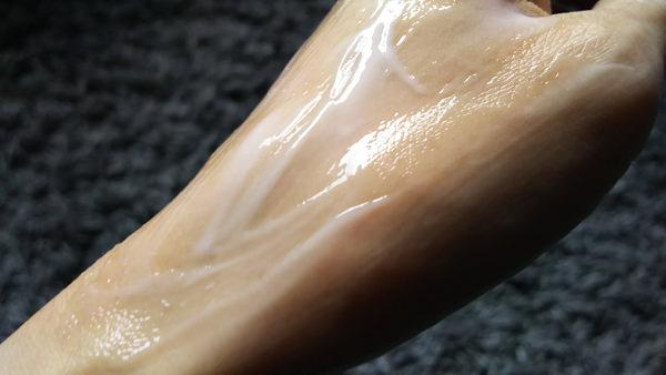ニベア プレミアム ボディミルク つけているところの手