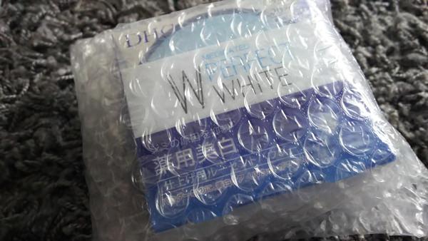 DHC「薬用PW ルーセントパウダー」袋から取り出した写真