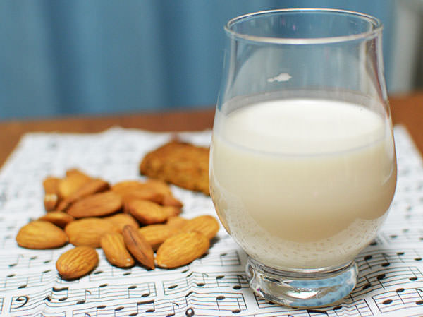 アーモンドミルクの作り方・簡単レシピ!効果