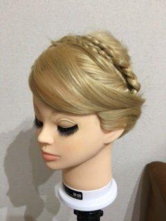 戴冠式(たいかんしき)のアナの髪型