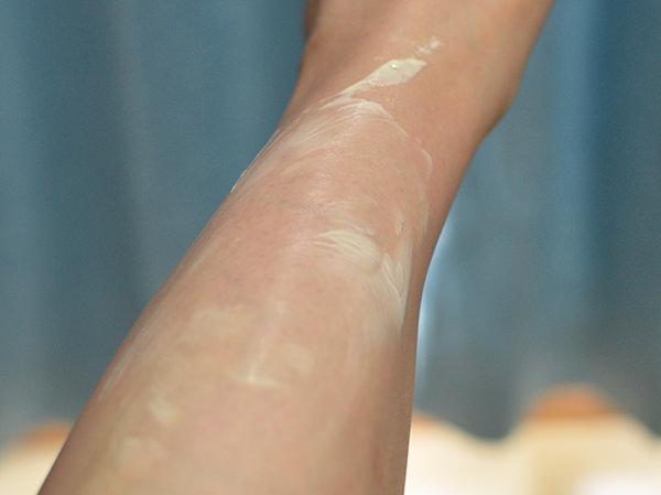 ヴェレダ カレンドラ ケアクリームを足に塗る