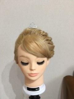 戴冠式(たいかんしき)のエルサの髪型