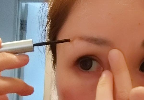 スカルプDボーテ ピュアフリーアイブロウを眉毛が生えていないところに塗る