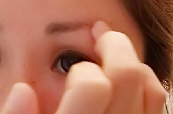ルチア ノヴェルモイをを指の腹でまゆ毛が生えていないところに塗る