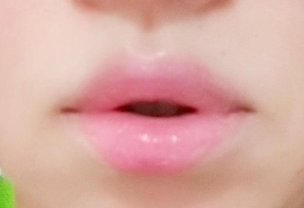 キャンメイク リップティントシロップを唇に塗る