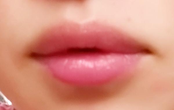 カイリジュメイ マジックカラー 日本限定モデルを唇に塗る