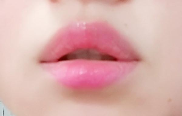 スガオ ジュレ感リップティントを唇に塗る