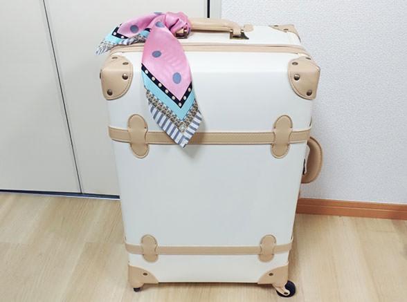 スーツケースにスカーフを巻く