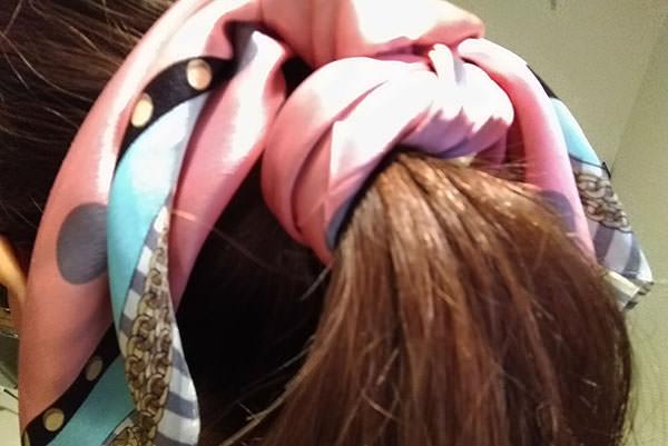 ひとつ結びにスカーフ