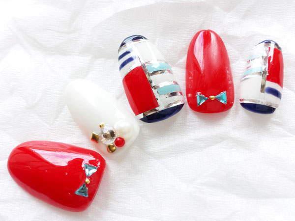 夏におすすめのハンドネイルデザイン<赤ベース>