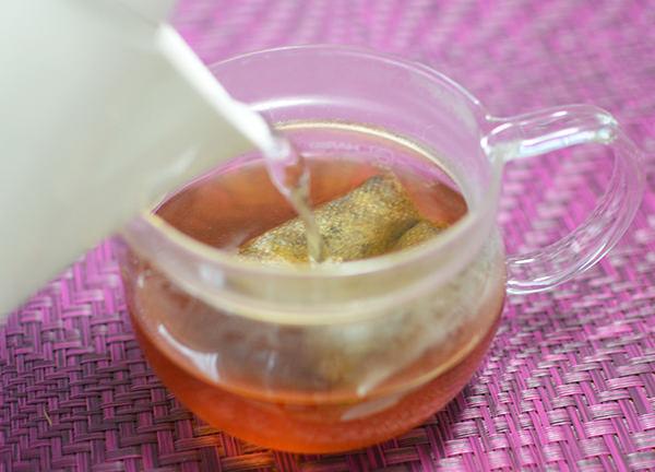 ティーポットにたんぽぽ茶ティーバッグを入れる